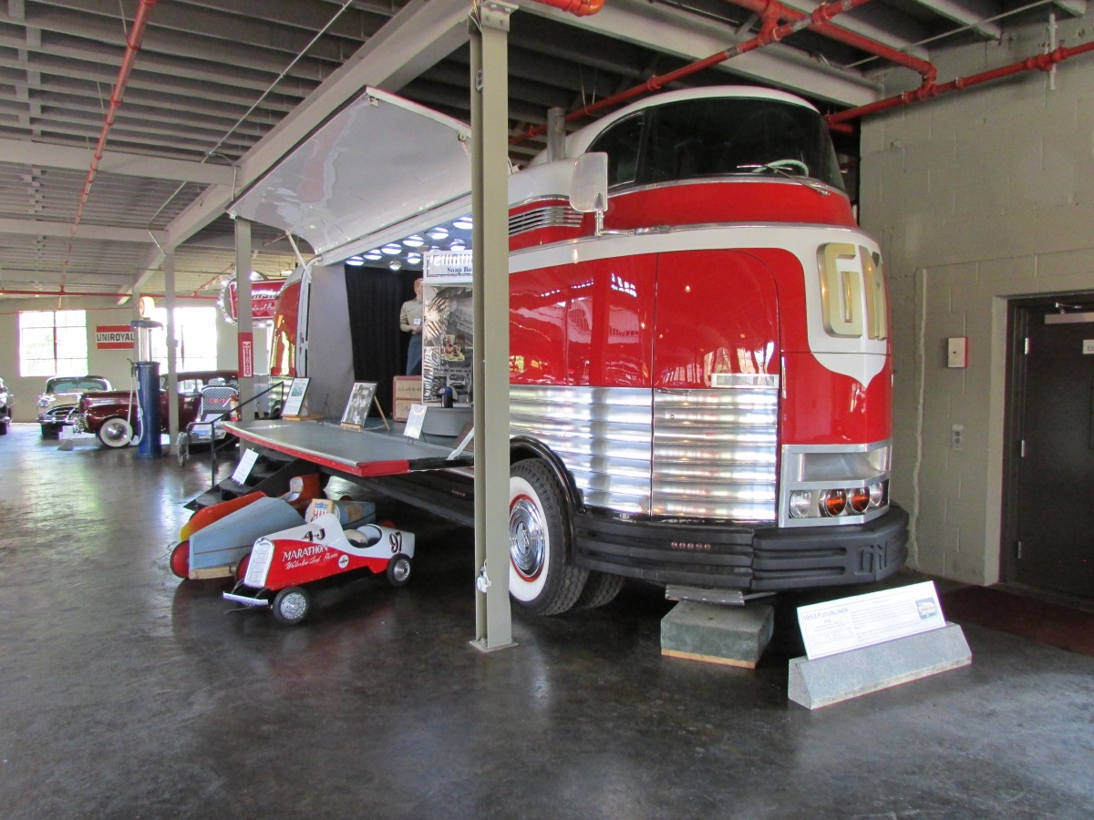 A picture of the GM Futurliner.